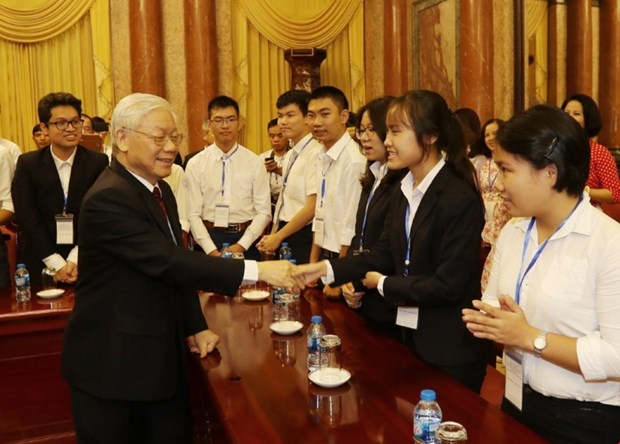 Party General Secretary and President Nguyen Phu Trong meets outstanding students hinh anh 1