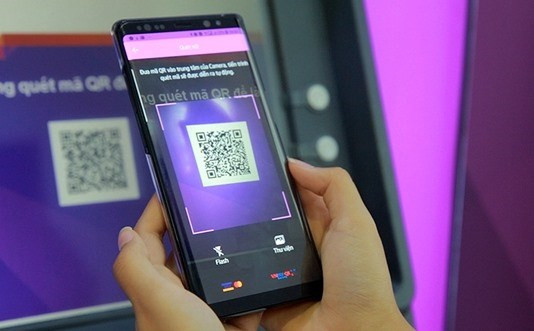 Vietnam's first bank enables cardless cash withdrawals hinh anh 1