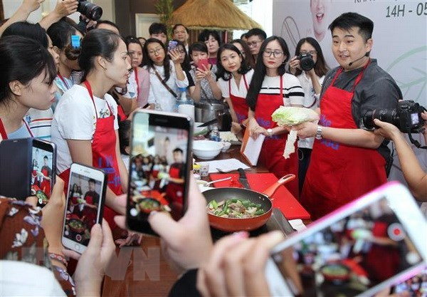 Famous Korean chef promotes cuisine in Vietnam hinh anh 1