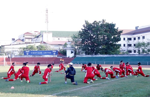 Vietnam's national football team trains for AFF Cup in Laos hinh anh 1