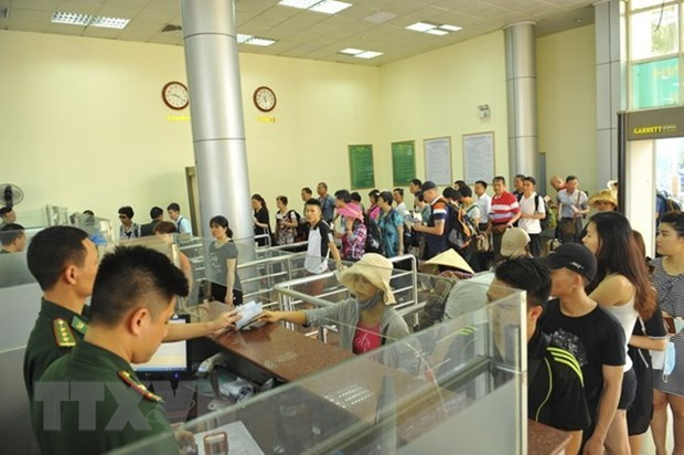 Mong Cai-Dongxing border gate welcomes 10 millionth visitor hinh anh 1