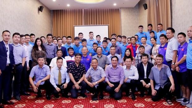 Vietnamese ambassador meets footballers ahead of AFF Suzuki Cup hinh anh 1