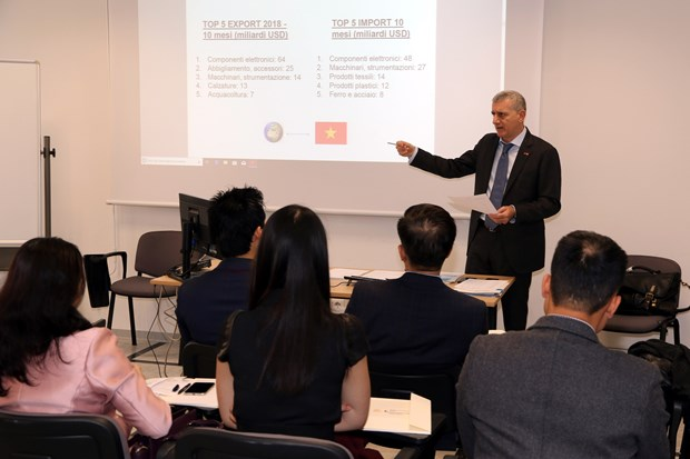 Italian firms updated on investment opportunities in Vietnam hinh anh 1