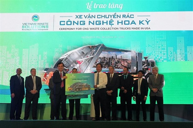 Eco-friendly waste treatment trucks presented to localities hinh anh 1