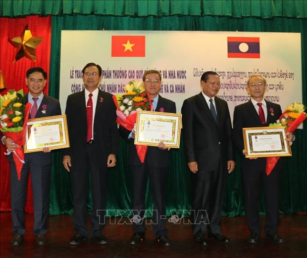 Leaders of Dong Nai honoured with Lao Order of Independence hinh anh 1
