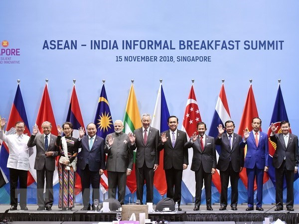 PM joins ASEAN-India Informal Breakfast Summit in Singapore hinh anh 1