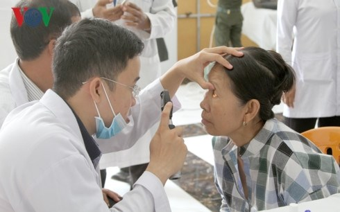 Vietnamese doctors provide free eye treatment for Cambodians hinh anh 1