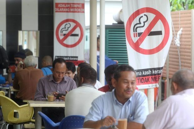 Malaysia to ban smoking at all eateries from early next year hinh anh 1