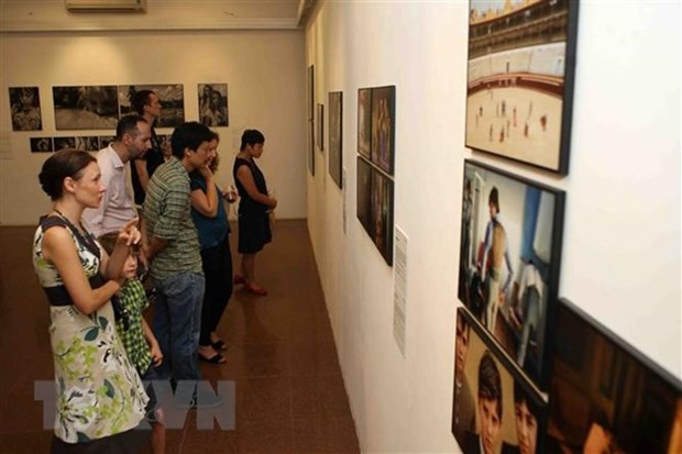 Photo exhibition marks 45th anniversary of Vietnam-Netherlands ties hinh anh 1