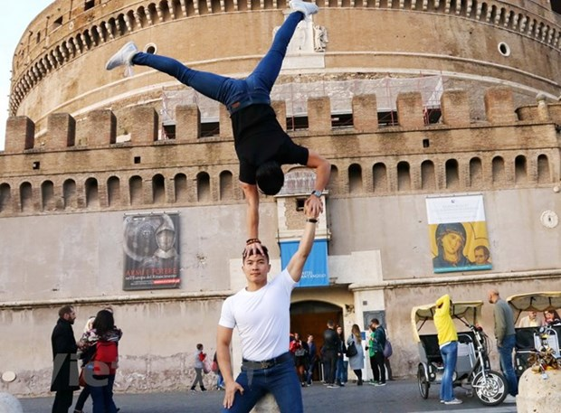 Vietnamese acrobatic brothers seek Guinness record hinh anh 1