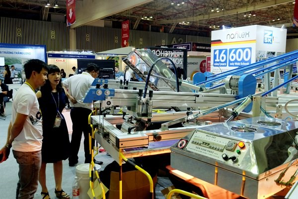 Footwear, garment and textile exhibitions kick off in HCM City hinh anh 1