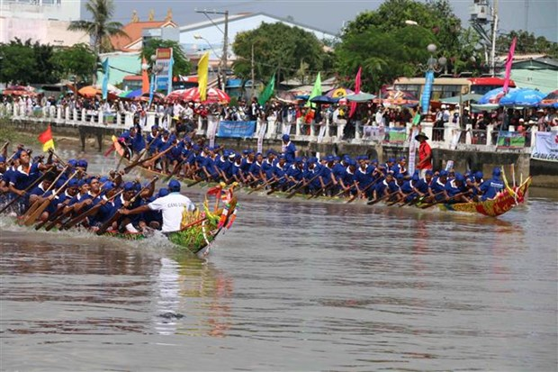 Tra Vinh province hosts traditional Ngo boat race hinh anh 1