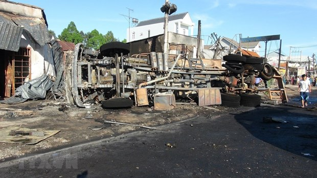 Binh Phuoc: six dead, 15 houses burned after oil truck catches fire hinh anh 1