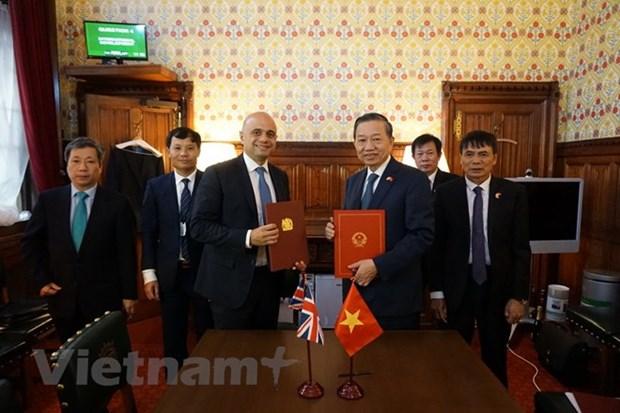 Vietnam, UK ink MoU on anti-human trafficking cooperation hinh anh 1