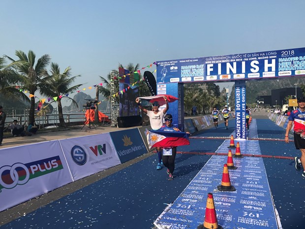 Nearly 2,000 runners compete at Ha Long Bay Heritage Marathon hinh anh 1