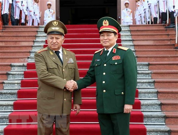 Defence Minister holds talks with Cuban counterpart hinh anh 1