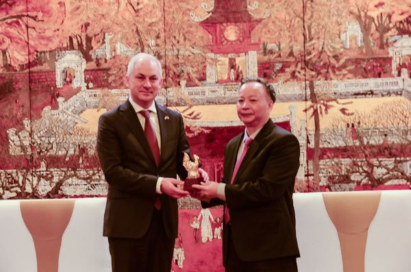 Poland willing to share experience in waste treatment with Hanoi hinh anh 1