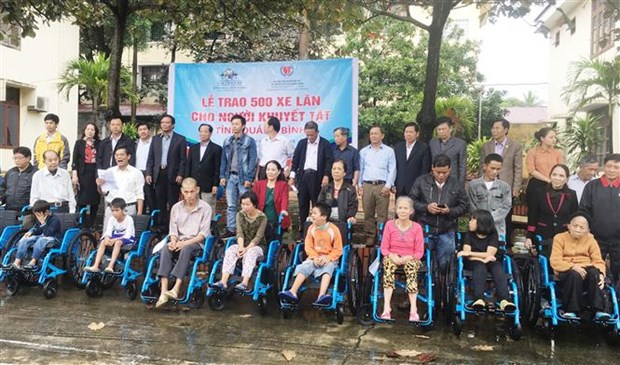 500 wheelchairs presented to the disabled in Quang Binh hinh anh 1