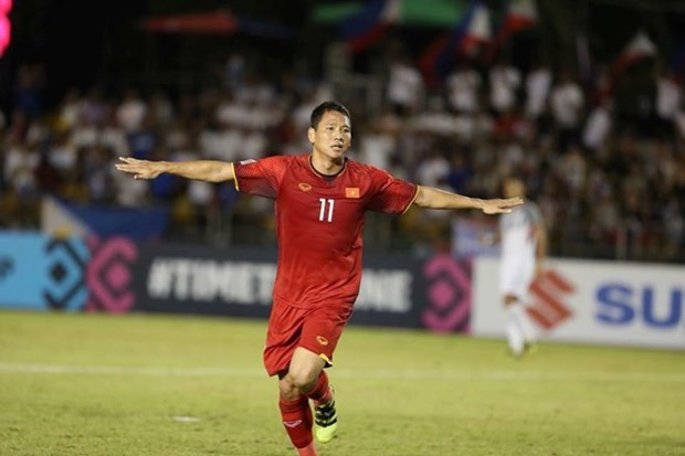 Vietnam beats Philippines 2-1 in AFF Cup semifinal first leg hinh anh 1