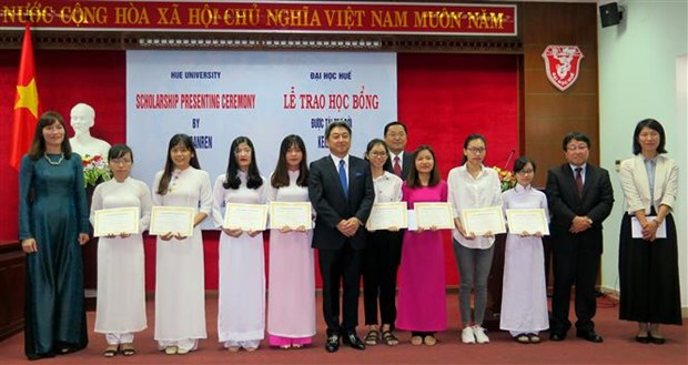 Hue students receive scholarships from Japan hinh anh 1