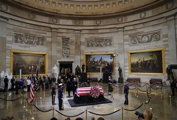 Vietnamese Ambassador pays respects to former US President George H.W.Bush hinh anh 1