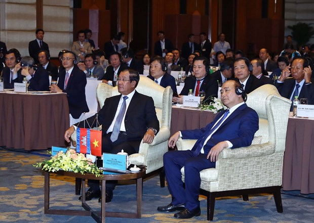 Vietnam, Cambodia PMs attend business forum hinh anh 1