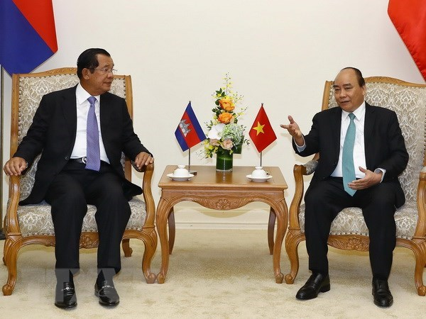 PM Nguyen Xuan Phuc holds talks with Cambodian counterpart Hun Sen hinh anh 1