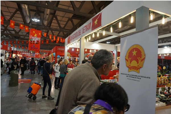 Firms promote Vietnamese handicrafts in Italy hinh anh 1