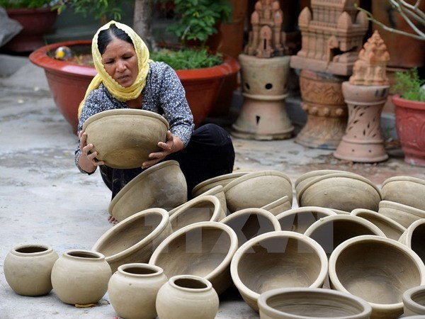 Ninh Thuan seeks ways to preserve traditional pottery-making craft hinh anh 1