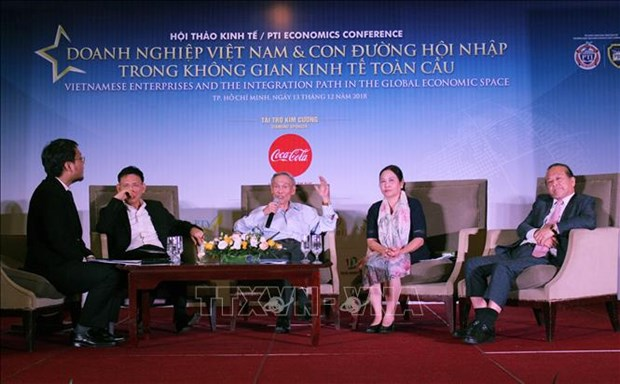 Firms should seek to grow stronger in global economy: experts hinh anh 1