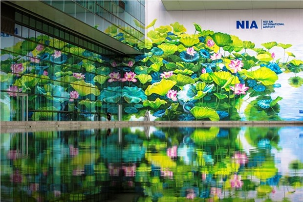 Painters create giant mural painting at Noi Bai int'l airport hinh anh 1