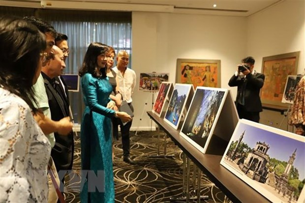 Vietnam's lacquer paintings and photos introduced in Australia hinh anh 1