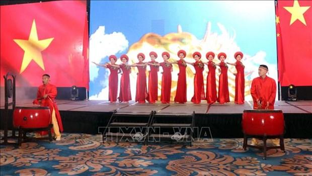 Vietnam – China friendship gala night runs in HCM City hinh anh 1