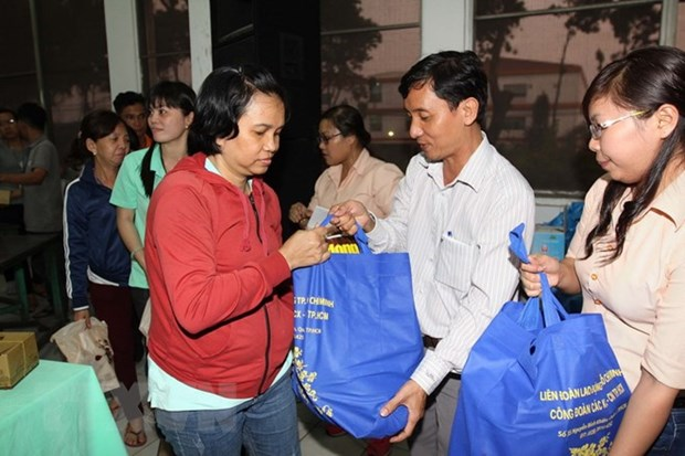 362 billion VND spent on Tet gifts to revolution contributors hinh anh 1