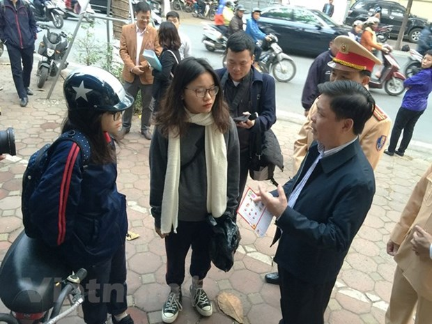 Minister inspects helmet safety programme for children in Hanoi hinh anh 2