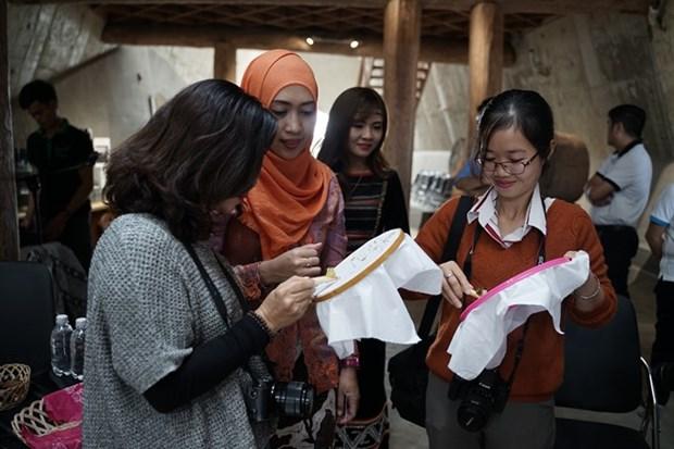 Vietnamese, Indonesian artisans present traditional batik, brocade art hinh anh 1