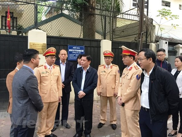 Minister inspects helmet safety programme for children in Hanoi hinh anh 1