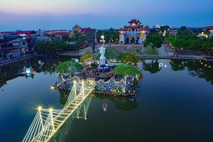 Christmas atmosphere overwhelms HCM City, Ninh Binh hinh anh 1