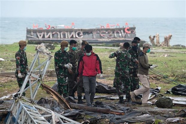 Indonesian rescuers use drones as tsunami death toll rises hinh anh 1