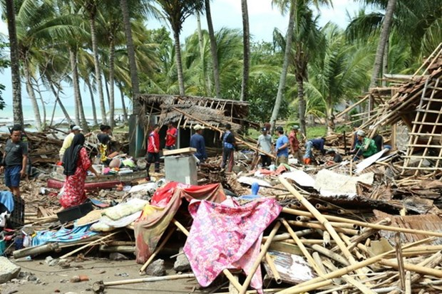 Indonesian villagers return home after tsunami hinh anh 1