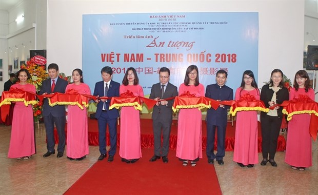 Photo exhibition on Vietnam, China's beauty opens in Hanoi hinh anh 1
