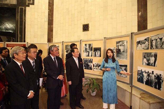 Photo exhibition on Vietnam – DPRK friendship underway in Hanoi hinh anh 1