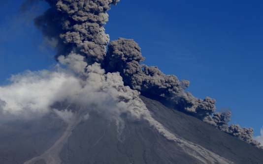 Philippines' most active volcano spews ash anew hinh anh 1