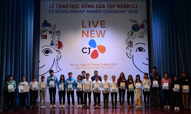 Korean group offers scholarships to students in Lam Dong hinh anh 1