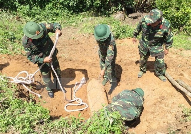Unexploded steel-pellet bomb unearthed in Hai Duong province hinh anh 1
