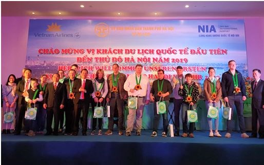 Hanoi, Thua Thien – Hue, HCM City welcomes first air travellers of 2019 hinh anh 1