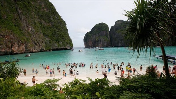 Tourists flee Thai resort islands to avoid storm hinh anh 1