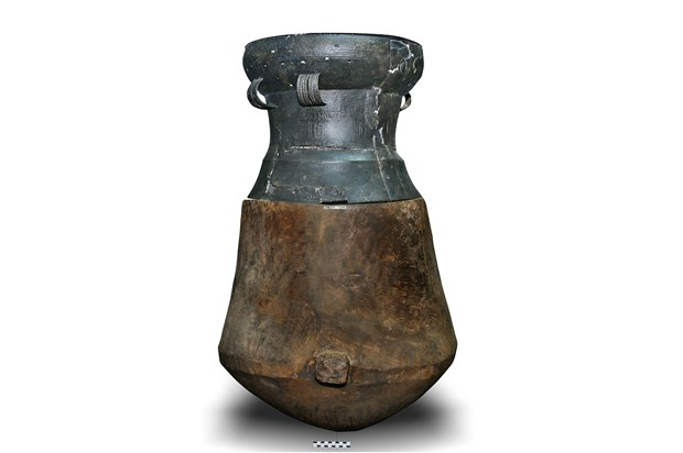 Wooden burial jar with bronze drum recognised as national treasure hinh anh 1