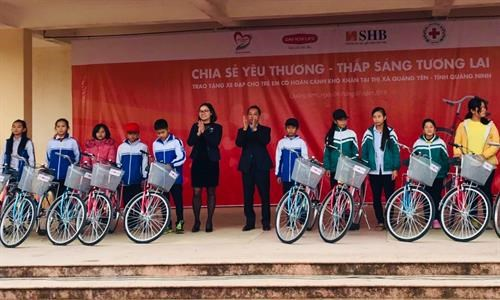 Bicycles granted to poor students in northern region hinh anh 1