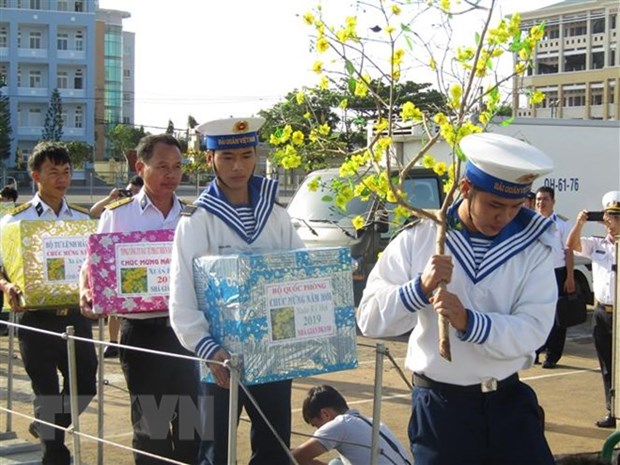Naval ships carry Tet gifts to soldiers doing duty at sea hinh anh 1